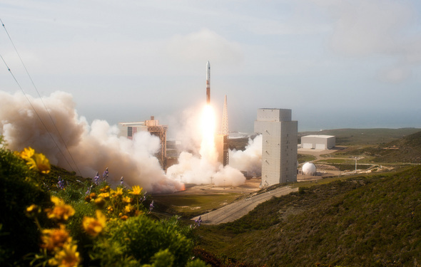 Secret Spy Satellite Takes Off: Stunning Images